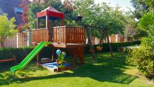 хотел с детска площадка и градина