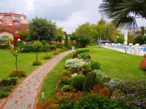 Hotel mit Garten und Steingarten